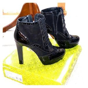 Patent leather detailed ankle boots